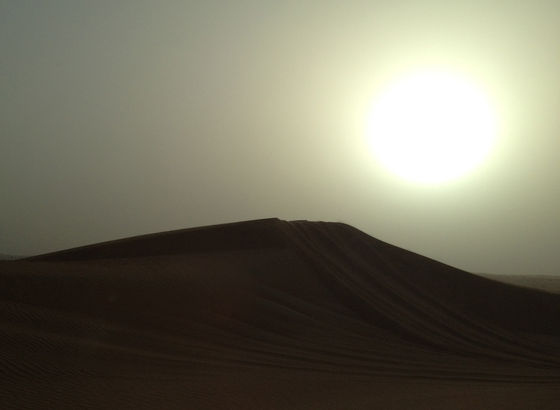 Tramonto nel deserto vicino Dubai