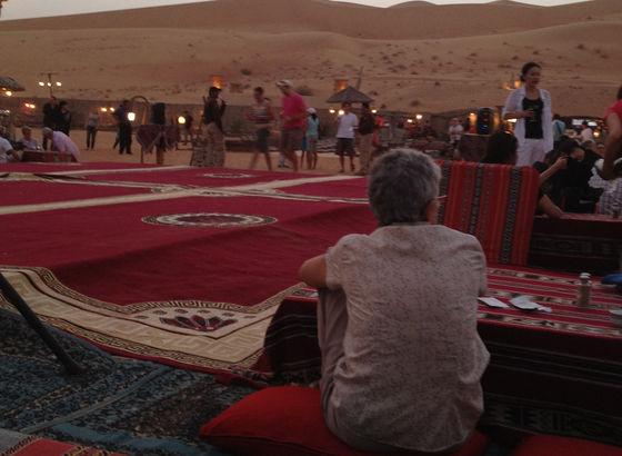 Campo nomade nel deserto attrezzato per la cena