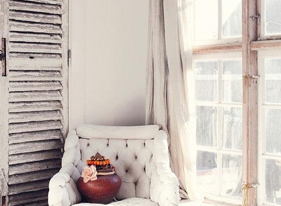 Poltrona con tende di lino