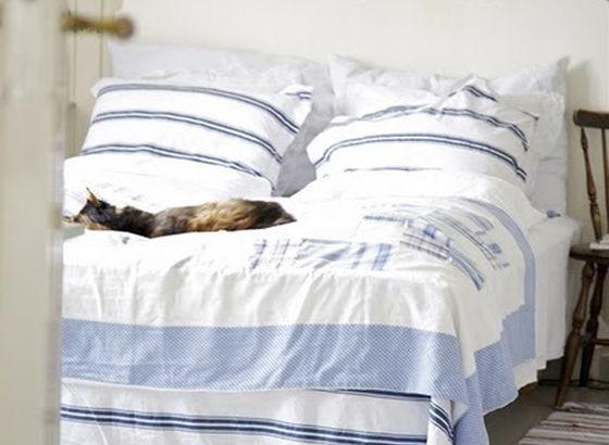 Letto con Lenzuola e cuscini di cottone