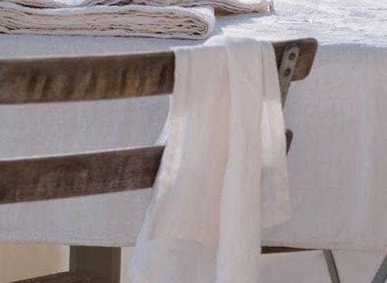 Tavolo preparato con tovaglia in lino
