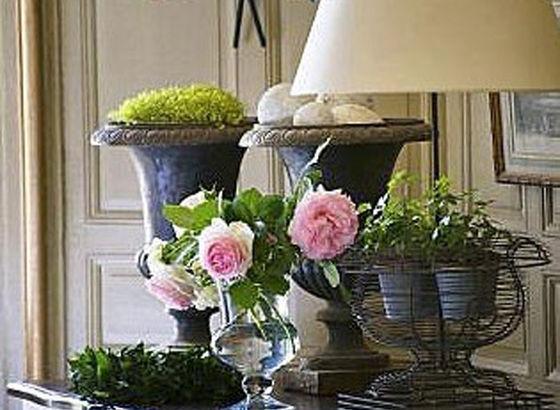 Credenza con vasi, lampada e oggetti vari