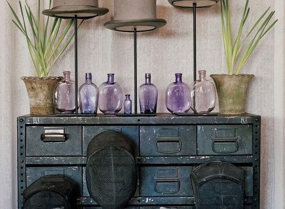 Collezione di cilindri, vetri viola e maschere da scherma