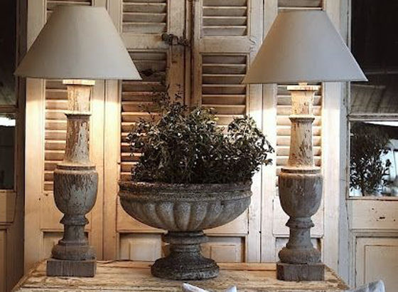Console stile francese con una coppia di lampade