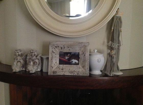 Bordo di un camino con collezioni di angeli e portafoto