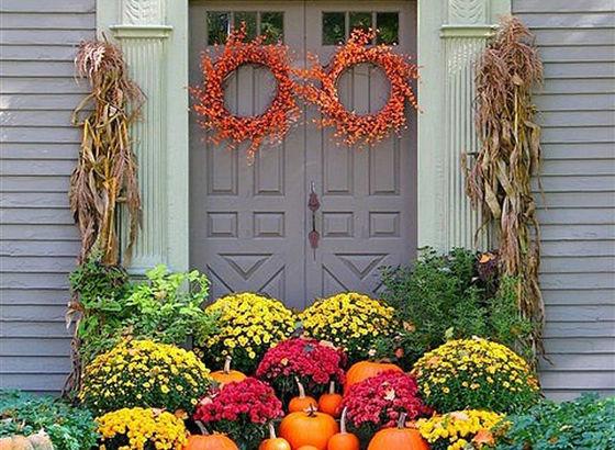 Entrata di una casa decorata per l'autunno
