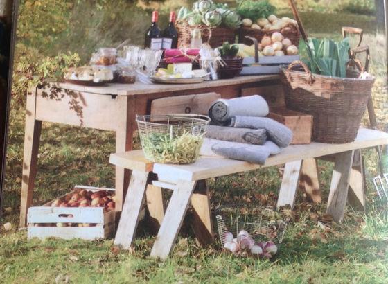Tavolo autunnale con le raccolte della stagione