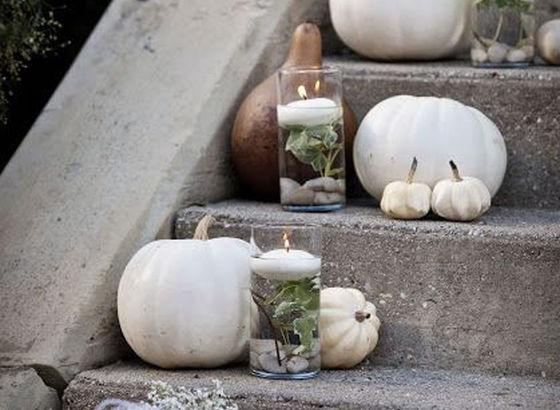 Zucche bianche come decorazione per la scala