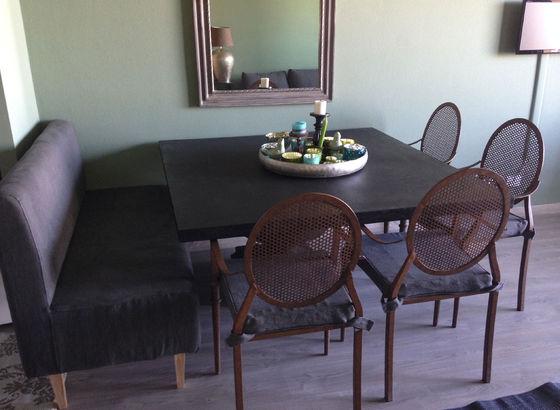 Tavolo e sedie di Flamant e la panca