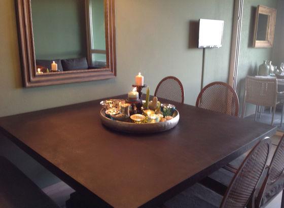 Tavolo di Flamant e le sedie più lo specchio