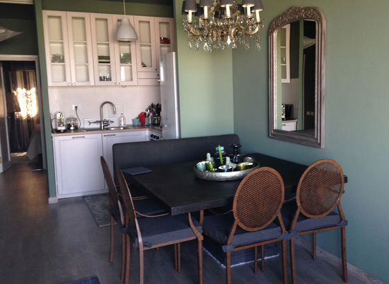 Tavolo, sedie di Flamant, specchio e il lampadario a gocce
