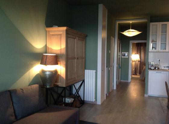 Corridorio con divano e mobile di Flamant