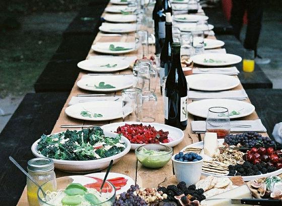 Tavolatta pieno di amici e piatti